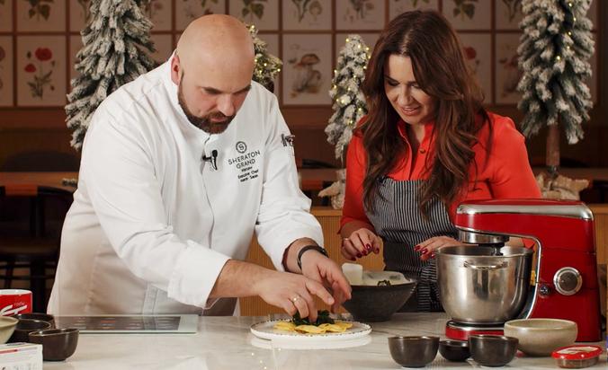 Poradnik Kulinarny Radia ZET - Bezglutenowe pieczone pierogi z pastą z suszonych pomidorów z serem feta z chrupiącym jarmużem.